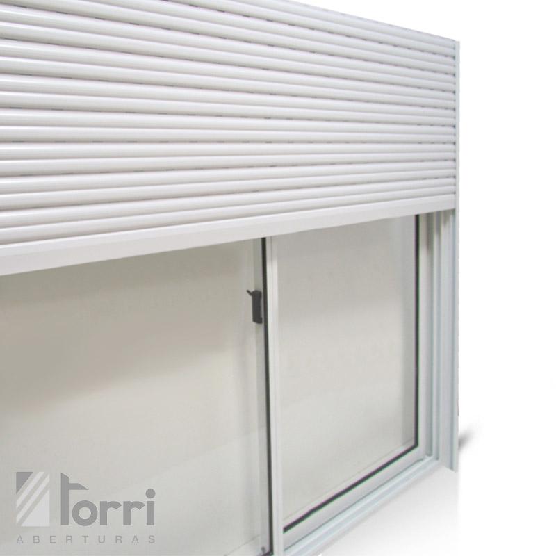 Ventana de aluminio blanco herrero con cortina pvc y for Ventanas de aluminio con cortina